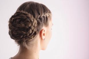 Прическа с бубликом на длинные волосы, изящная прическа на выпускной