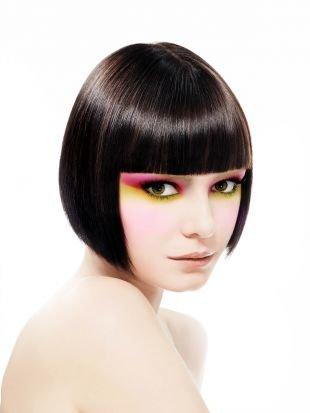 Темно каштановый цвет волос, прическа каре в ретро-стиле с ровной челкой