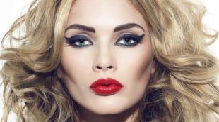 Макияж для русых волос и серых глаз, макияж моделей с широкими стрелками