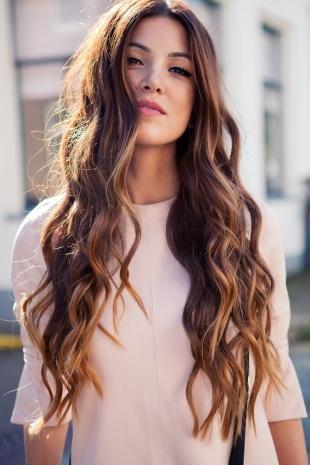 Прически для круглого лица на длинные волосы, прическа с легкими волнами для круглого лица