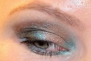 Макияж для миндалевидных глаз, праздничный макияж под бирюзовое платье