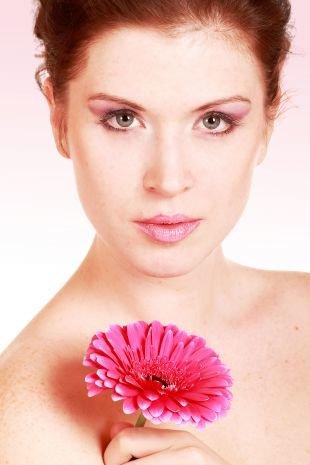 Свадебный макияж для рыжих, макияж для серых глаз в розово-фиолетовой гамме