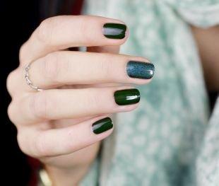 Молодёжные рисунки на ногтях, темно-зеленый маникюр с блестками на коротких ногтях