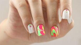Абстрактные рисунки на ногтях, яркий водный маникюр