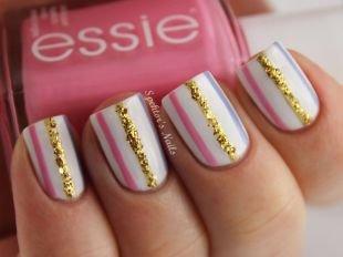 Комбинированный маникюр, стильный маникюр на коротких ногтях с золотой полоской