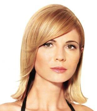Золотисто медовый цвет волос, стрижки и прически для тонких волос - каре длиной до плеч с уложенной на бок челкой