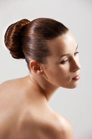 Коньячный цвет волос, гладкая прическа для густых волос - пучок на макушке