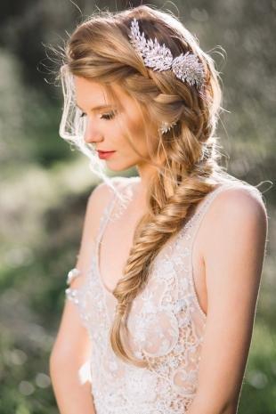 Свадебные прически с косой на длинные волосы, свадебная прическа с косами и красивым аксессуаром