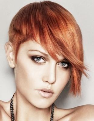 Светло медный цвет волос, модная короткая стрижка с асимметрией