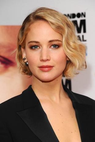 Цвет волос медовый блонд, красивая стрижка для тонких вьющихся волос
