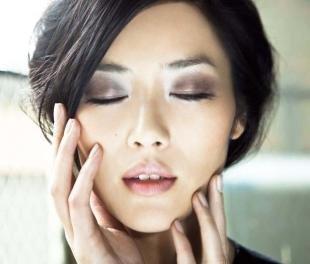 Азиатский макияж, легкий дымчатый макияж для брюнетки