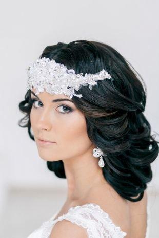 Свадебные прически распущенные волосы на средние волосы, свадебная прическа с кудрями и диадемой