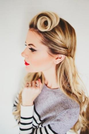 Золотистый цвет волос, прическа в стиле пин ап