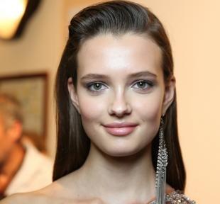 Макияж для брюнеток к синему платью, нежный макияж для серых глаз и темно-русых волос
