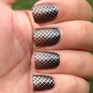 Геометрические рисунки на ногтях, коричнево-черный маникюр с золотистой сеткой на коротких ногтях
