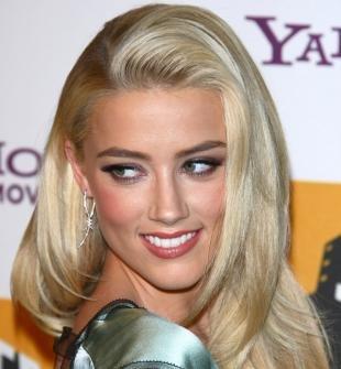 Цвет волос серебристый блондин, каскадная прическа на длинные волосы