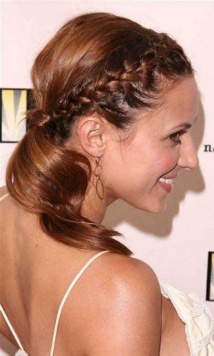 Золотисто каштановый цвет волос на длинные волосы, симпатичная прическа с косой-короной