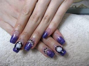 Маникюр акрилом, блестящий фиолетовый маникюр с белыми розами и камушками
