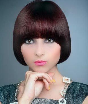 Цвет волос махагон, практичная стрижка паж