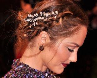Золотисто каштановый цвет волос на длинные волосы, прическа с небрежным низким пучком и косичками сбоку головы