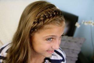 Прически для девочек на средние волосы, прическа в школу с оригинальной косичкой-ободком