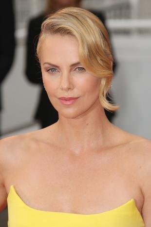 Цвет волос золотистый блонд, элегантная прическа под вечернее платье
