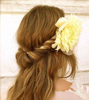 Карамельный цвет волос на средние волосы, греческая прическа с распущенными волосами и повязкой