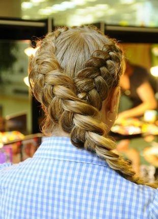 Модные прически для девочек, прическа на основе объемной французской косы