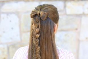 Темно русый цвет волос, прическа мальвинка с бантиком из волос и косой