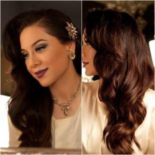 Прическа с кудрями на бок, красивая свадебная прическа на длинные волосы