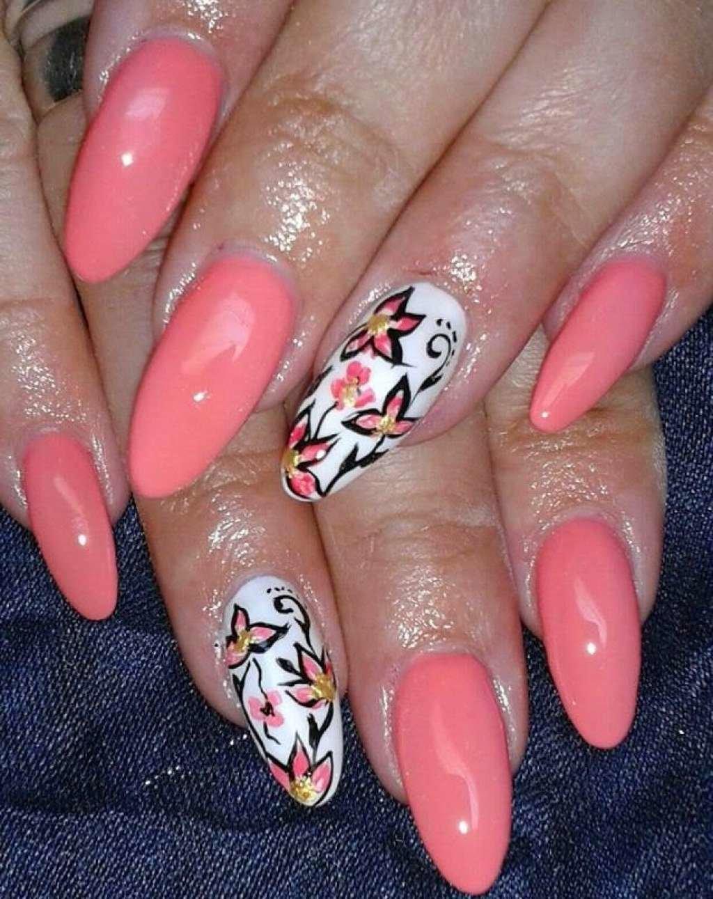 Цветы во льду на ногтях