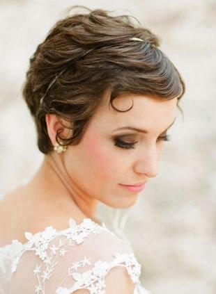 Прически с ободком, игривая свадебная прическа на короткие волосы