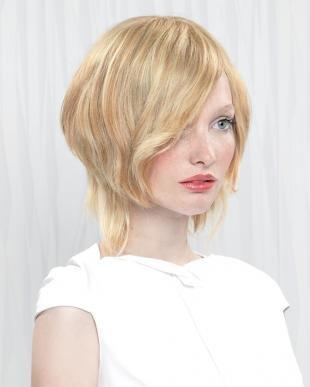 Цвет волос песочный блондин, стрижка каре для вьющихся волос