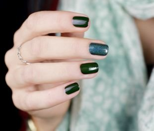 Простой дизайн ногтей, темно-зеленый маникюр с блестками на коротких ногтях