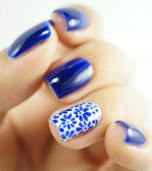 Маникюр под синее платье, сине-белый дизайн ногтей с цветочным рисунком