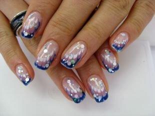 Рисунки с узорами на ногтях, темно-синий френч с металлическими кружочками