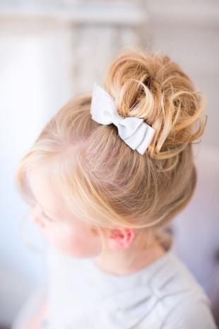 Цвет волос медовый блонд, праздничная прическа в школу