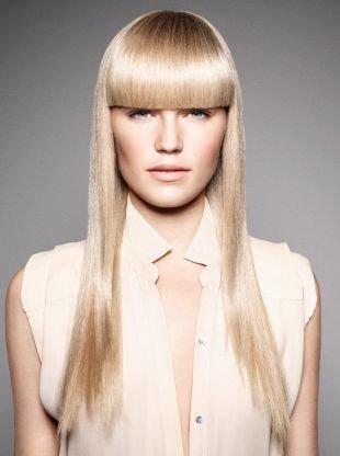 Пшеничный цвет волос, прическа с ровной прямой челкой
