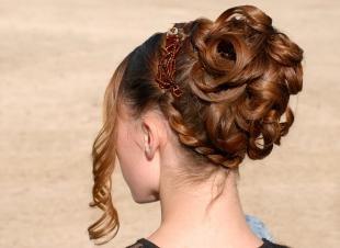 Цвет волос капучино, прическа на выпускной в средневековом стиле