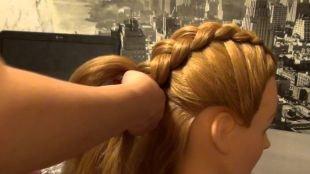 Медовый цвет волос на длинные волосы, прическа с плетением - перевернутая французская коса