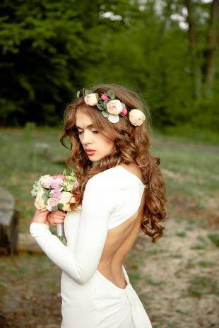 Прически с цветами, свадебная прическа с распущенными волосами