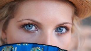 Макияж для голубых глаз под голубое платье, легкий пляжный макияж