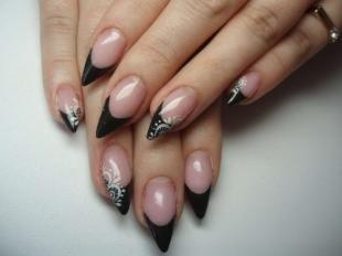 Рисунки на острых ногтях, черный френч с белыми ажурными узорами