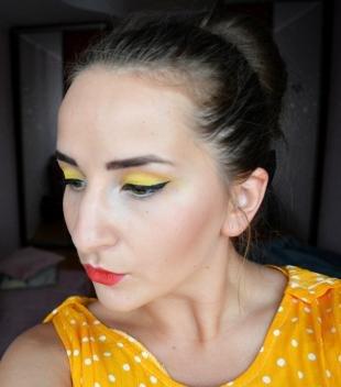 Яркий макияж для зеленых глаз, макияж под желтое платье
