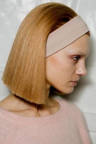 Светло карамельный цвет волос, ретро-каре с повязкой