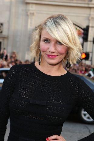 Цвет волос холодный блонд на средние волосы, небрежное каре с боковым пробором