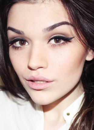 Дневной макияж для брюнеток, широкие стрелки на глазах
