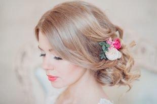 """Свадебные прически на средние волосы, свадебная прическа на средние волосы в стиле """"романтик"""" с цветами"""