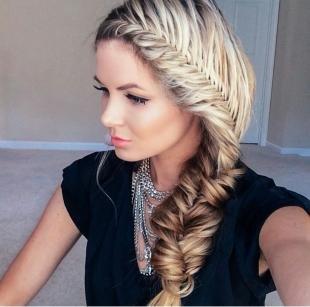Прически для круглого лица на длинные волосы, прическа с плетением для круглого лица