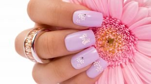 Маникюр с ромашками, светло-фиолетовый маникюр с мелкими белыми цветочками